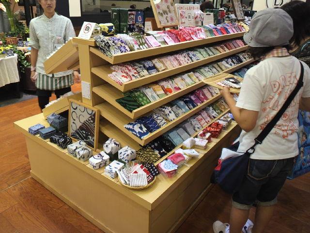 東京駅で土産を