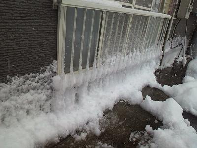 凍りつく窓まわり