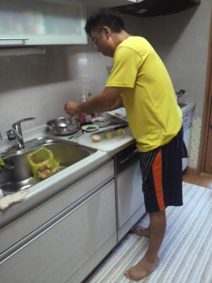 台所に立つ