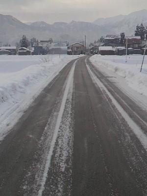 道路が凍っている