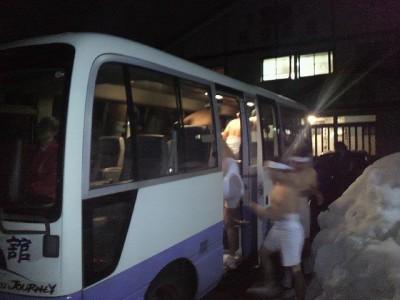 金誠舘のバス