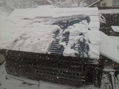 蔵の屋根に雪が