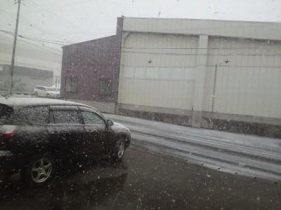 未だ雪降る