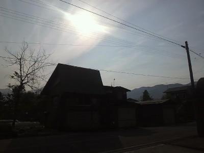 太陽に薄い雲が