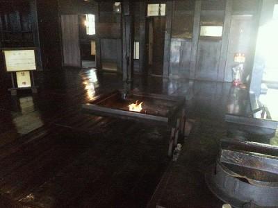 囲炉裏に火が