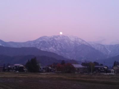 八海山に月